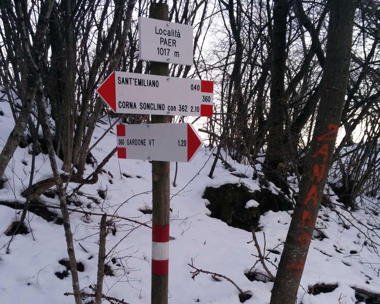 Il bosco innevato in località Paér, attorno ai segnavia per Sant'Emiliano