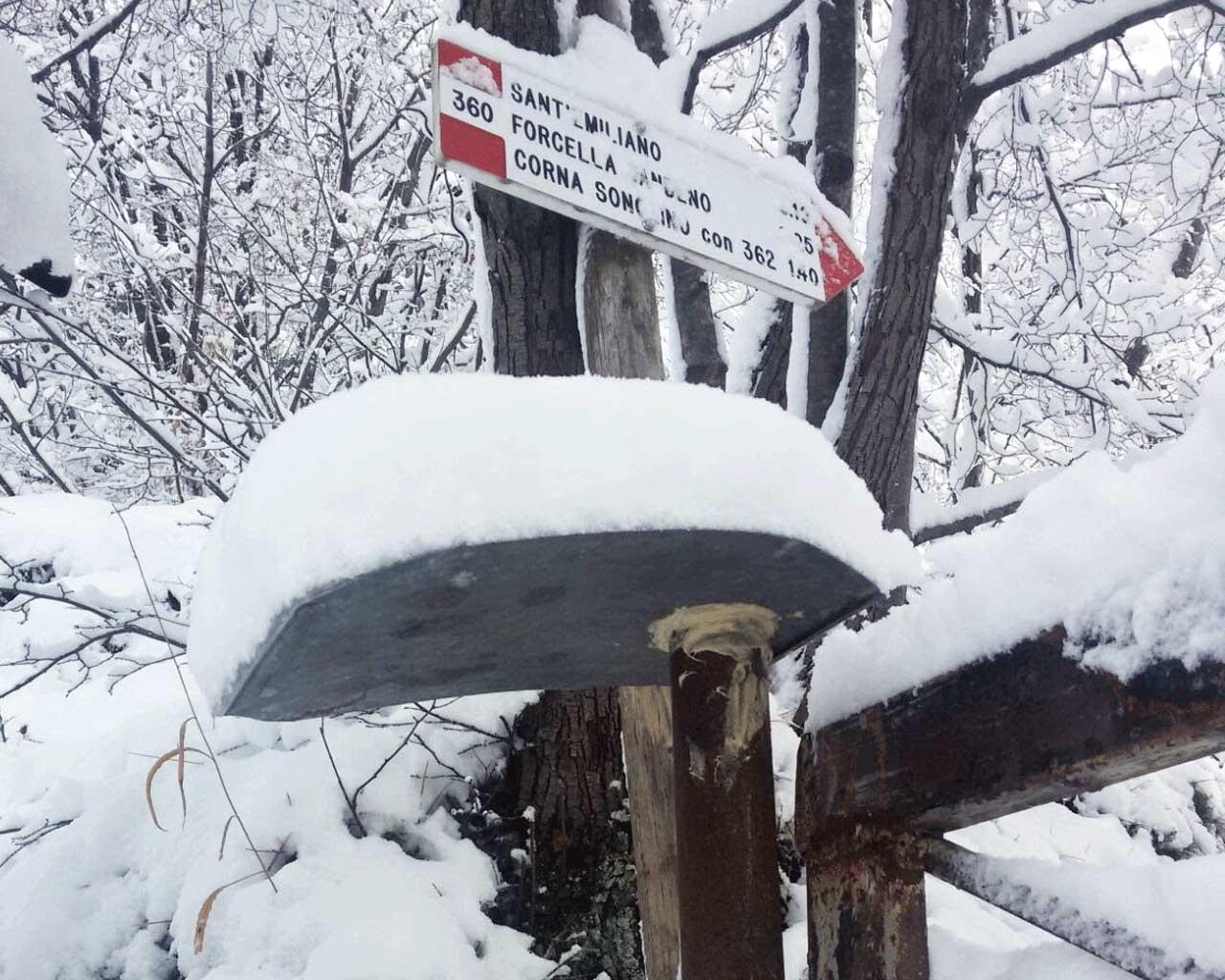 I segnavia prima del sentiero Gino Borra e la sbarra ricoperta di neve