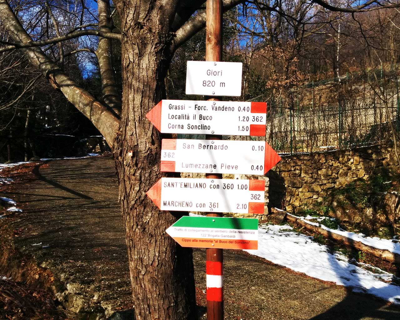 I segnavia per Sant'Emiliano davanti a un albero in località Giori