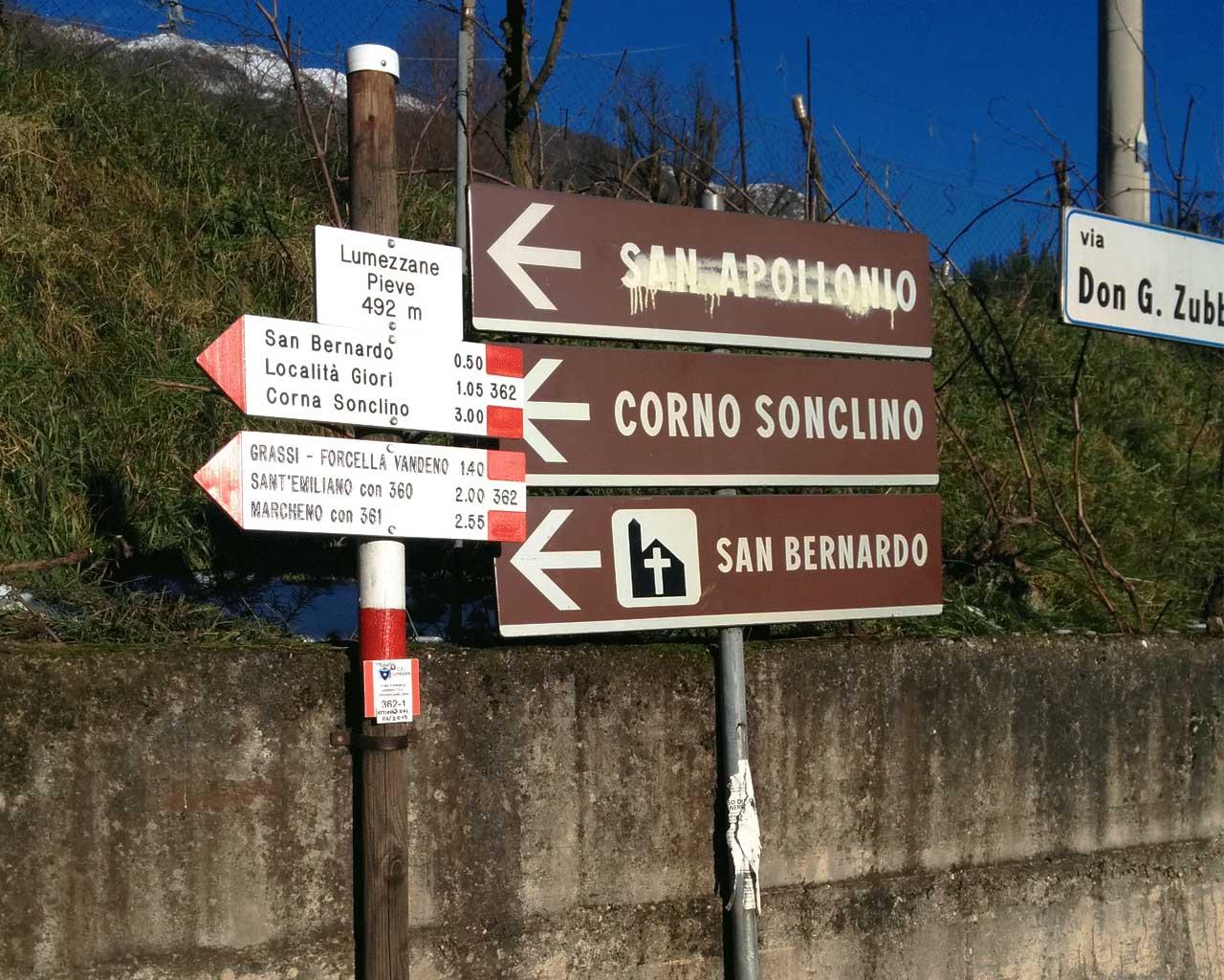 I cartelli indicanti Sant'Emiliano davanti a un muro a Lumezzane Pieve