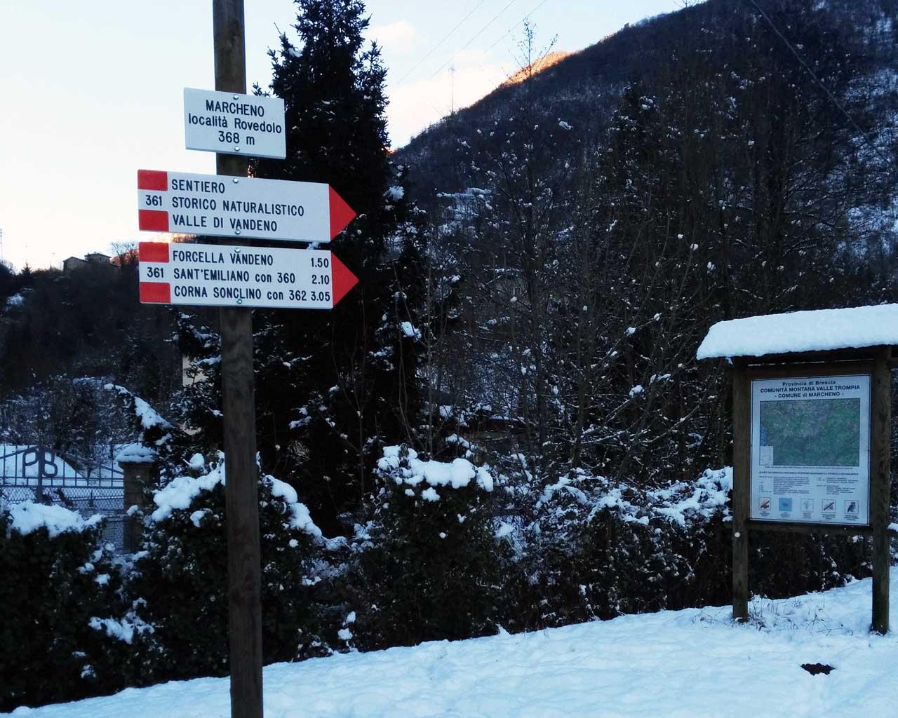 Segnavia innevati a Marcheno , indicanti la direzione per Sant'Emiliano