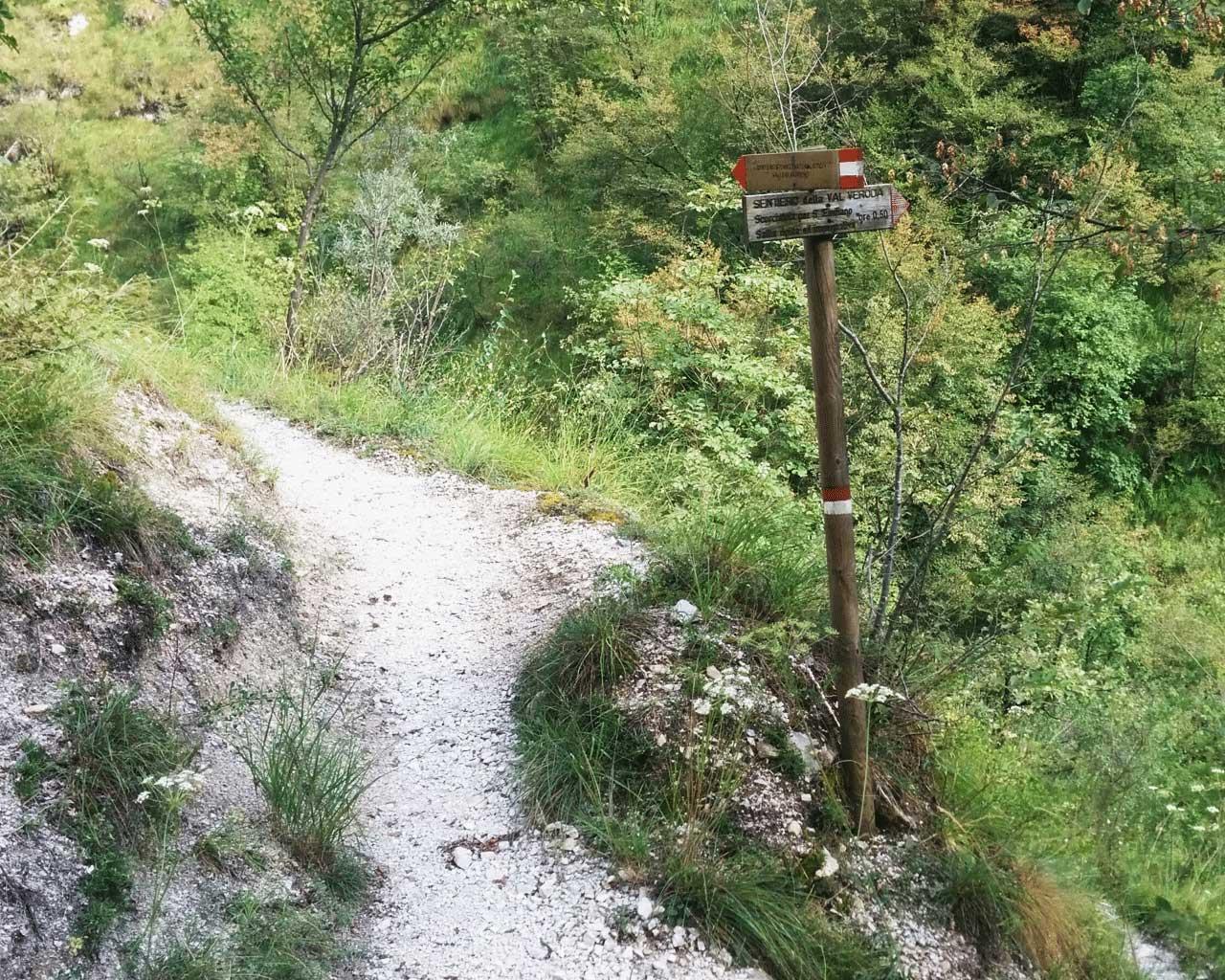 Il segnavia per la Val Veroda accanto al sentiero del Vandeno