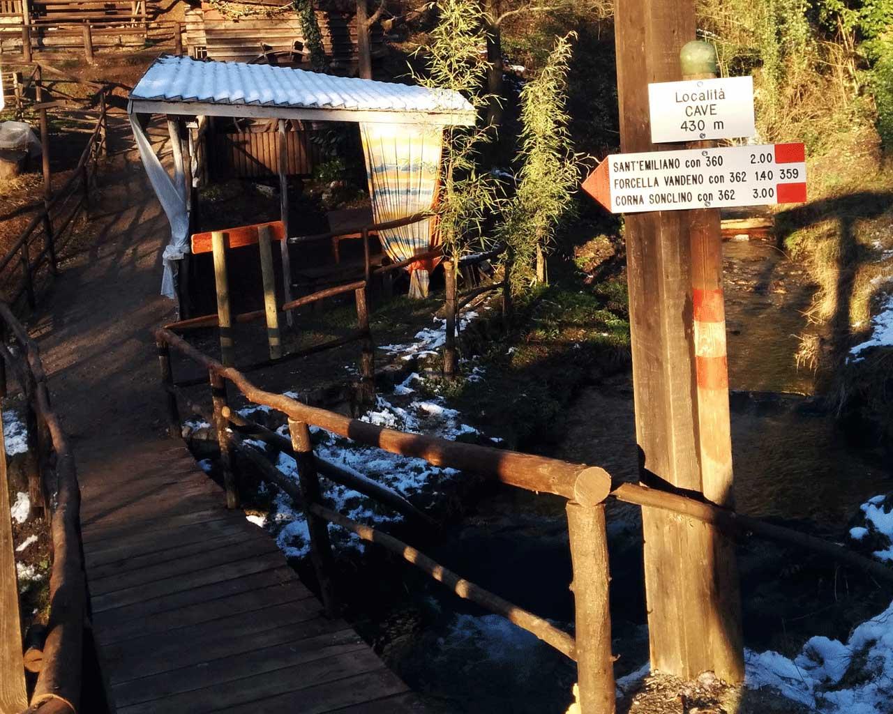 I segnavia in località Cave, con un ponticello in legno sopra il Redocla