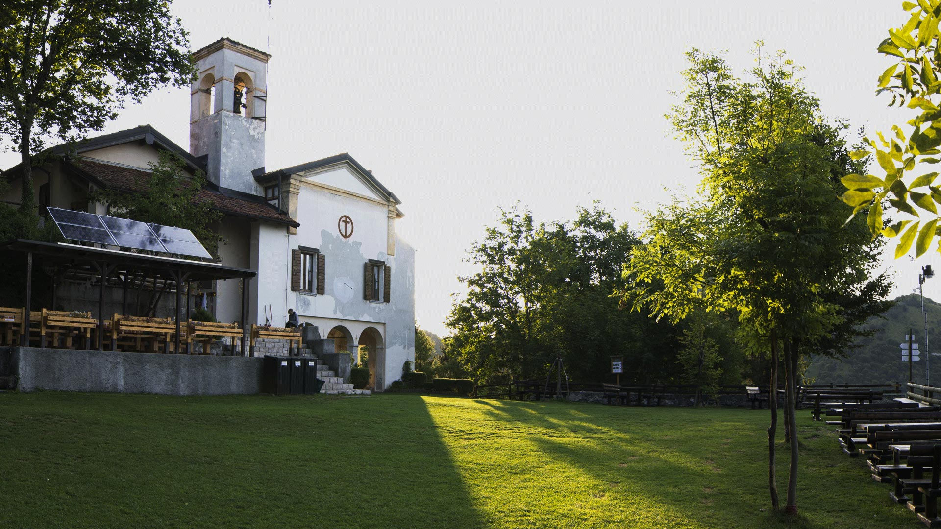 Una lama di luce sul piazzale antistante il santuario di Sant'Emiliano