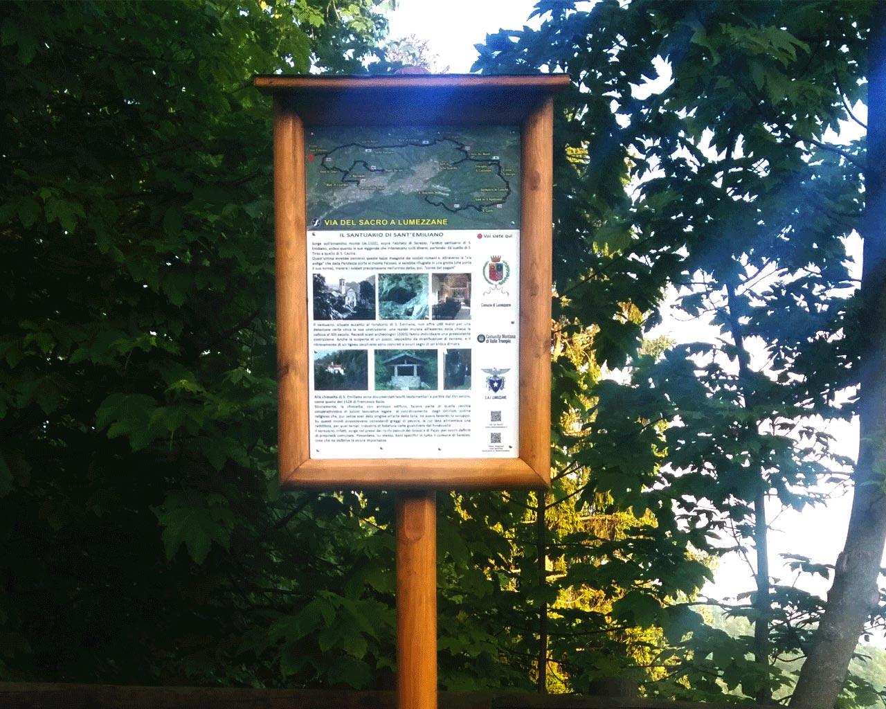 Il cartello presente a Sant'Emiliano e che lo indica come punto della Via del Sacro