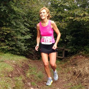 Un'atleta di corsa lungo il sentiero del Vandeno