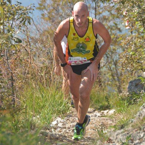 Un atleta lungo uno dei tornanti del sentiero di Sant'Emiliano