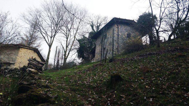Casa di pietra di montagna vista dal basso