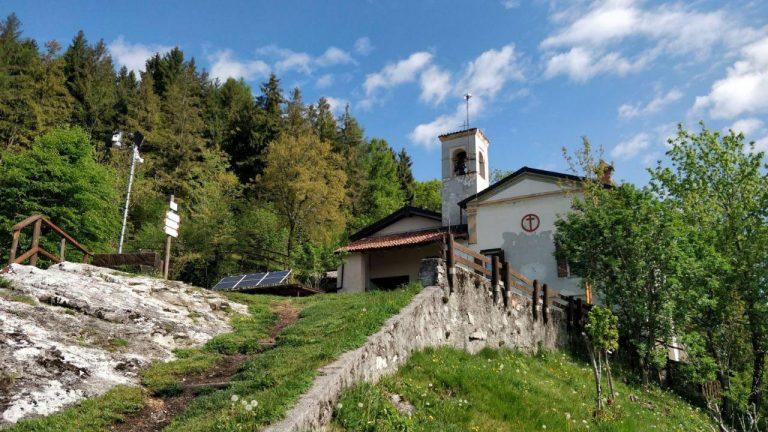 Sentiero di montagna con santuario visto dal basso