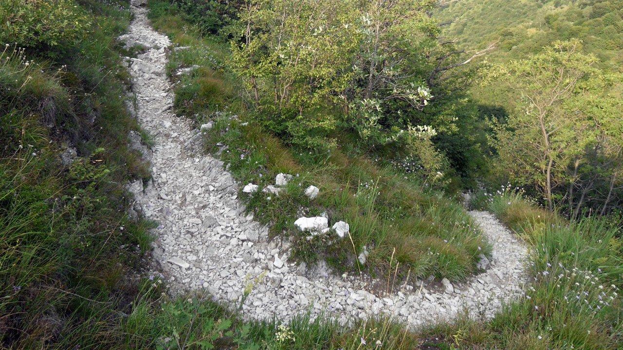 Tornante ghiaioso su sentiero di montagna